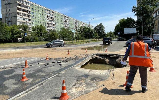 У Києві на Лівому березі прорвало водопровід. Рух по вулиці ускладнений