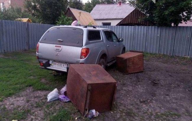 Фото: депутата заблокировали в собственном авто (05447.com.ua)