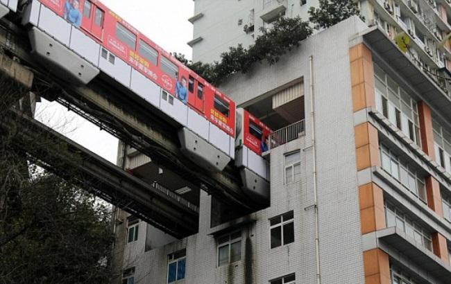 Фото: Поезд проезжает через жилой дом
