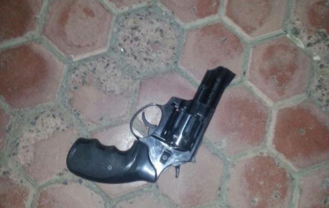 Фото: во время проверки у 46-летнего херсонца обнаружили предмет, похожий на пистолет (Патрульная полиция Херсона facebook.com)