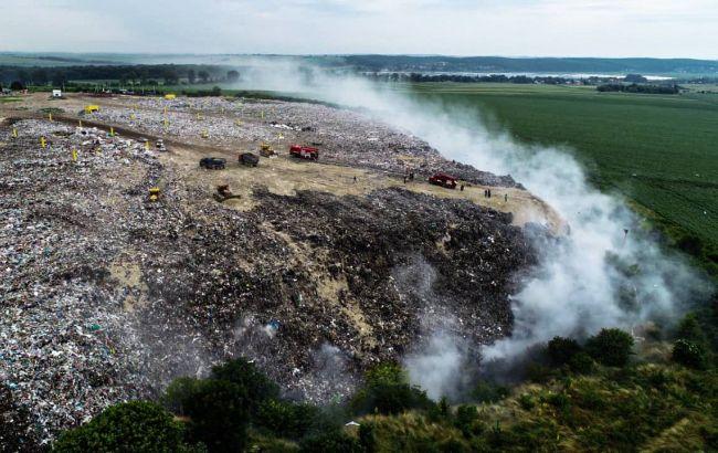 В Тернопольской области второй день тушат пожар на свалке