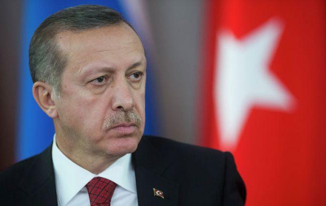 Фото: турок зупиняє колону військової техніки