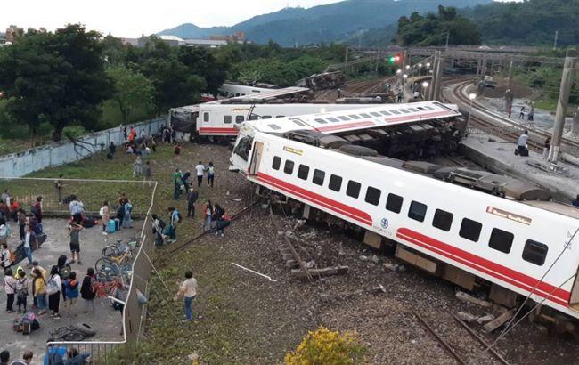 На Тайване поезд сошел с рельсов, погибли 17 человек