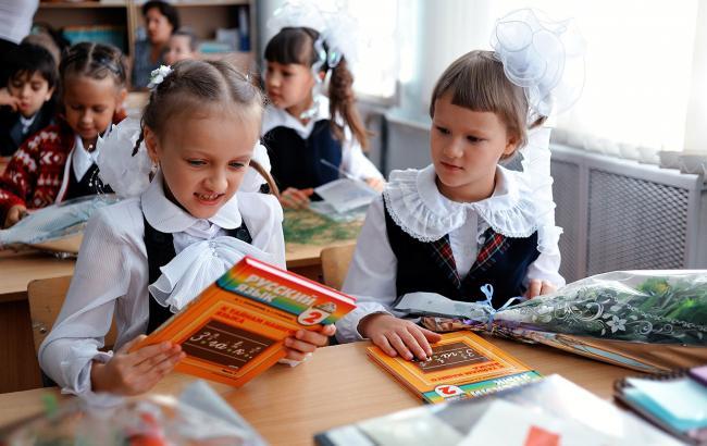 Фото: Дети читают учебник по русскому языку (openrussia.org)