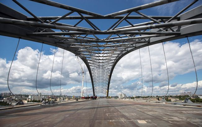 Невідомі вивезли з будівництва Подільсько-Воскресенського моста частинуспоруджень