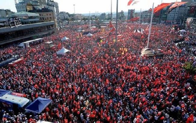Фото: улицы Стамбула переполнены протестующими
