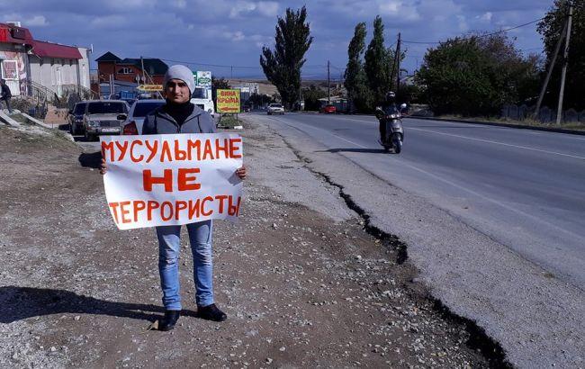 Фото: одиночный пикет в Симферополе (Facebook Alimdar Crimean Solidarity)