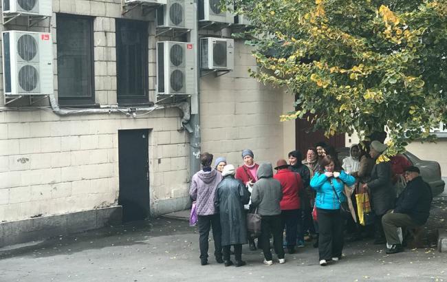 Фото: В Киеве неизвестные собирают пенсионеров в подворотнях  (facebook.com/oleksiy.matsuka)