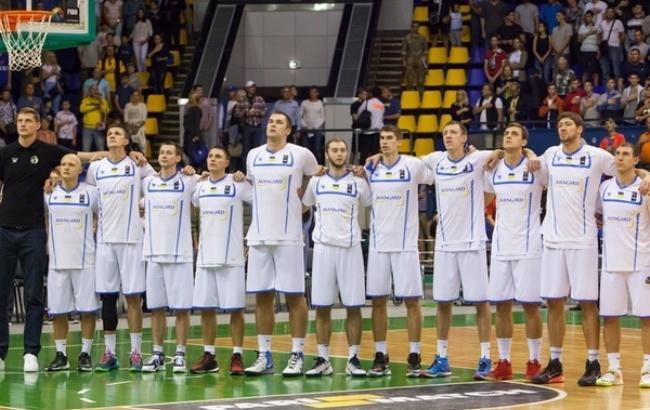Фото: Баскетболистов попросили исполнять гимн (fbu.ua)