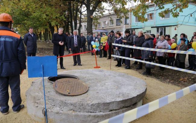 Сеть взорвали фото с торжественного открытия люка в Луганской области
