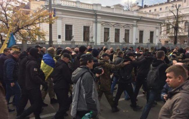 """Правоохранители сняли кордон с митингующих возле отеля """"Киев"""""""