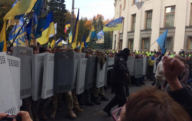 Участники акции протеста пытаются прорваться во двор Рады