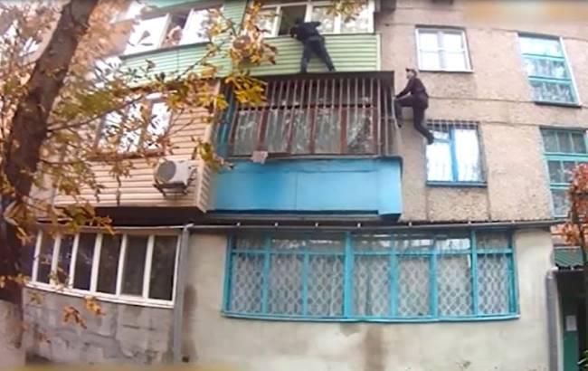 """""""Хотел задушить"""": в Мариуполе полиции пришлось спасать жену и 7-летнюю дочь от собственного отца"""