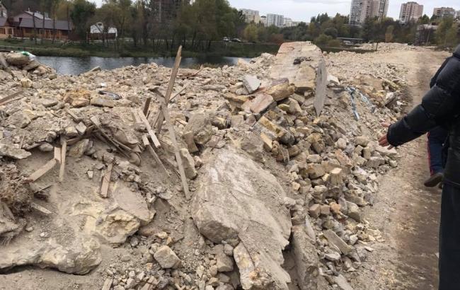 У Києві після скарг жителів почали прибирати водойму від сміття