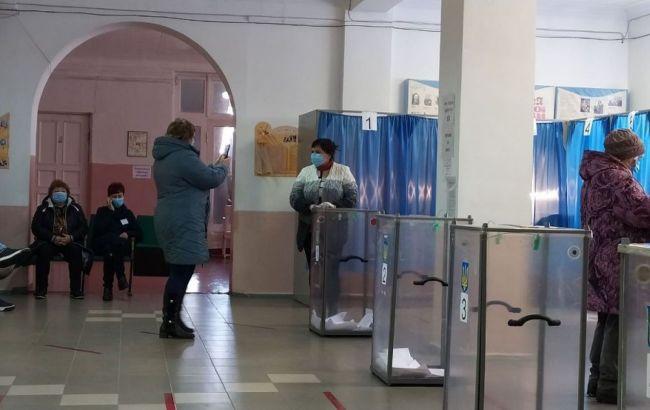 У Слов'янську виборці фотографуються біля скриньок для участі в розіграші iPhone 12
