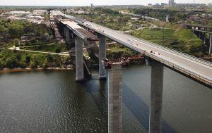 Несмотря на неисправности крана, строительство мостов в Запорожье идет с опережением графика, - Кубраков