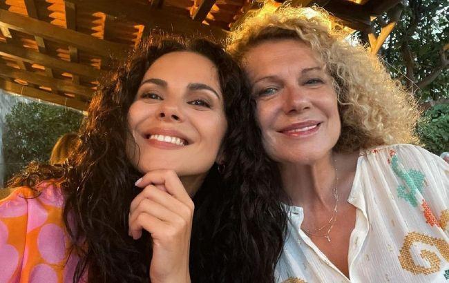 Красиві і талановиті: Настя Каменських зворушила відео, де співає дуетом з мамою