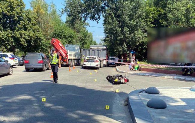 У Києві в потрійному ДТП загинула водій мопеда: її тіло рятувальники дістали з-під вантажівки
