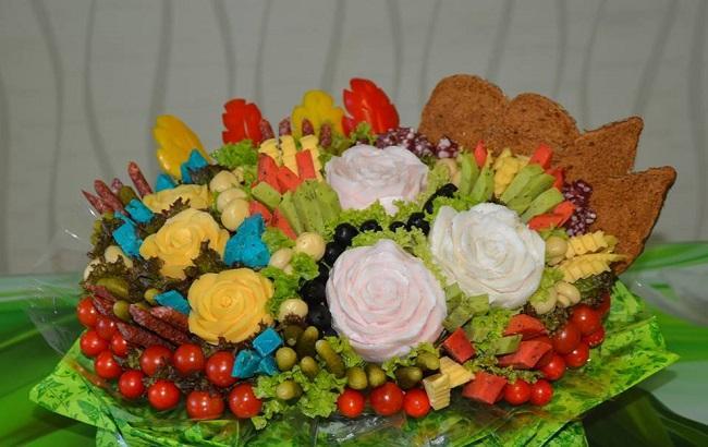 Фото: Украинка делает букеты из фруктов и мяса (facebook.com/pg/galinakarving)