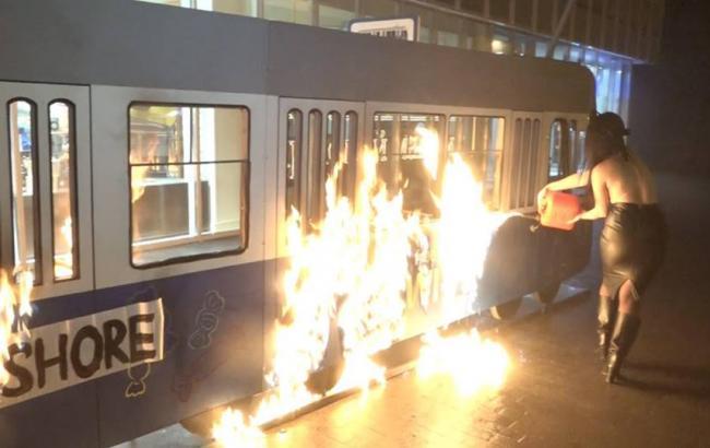 """В Виннице полуобнаженная активистка Femen сожгла """"трамвай"""""""