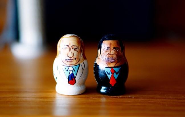 Фото: Дерев'яні фігурки Путіна і Обами (flickr.com)