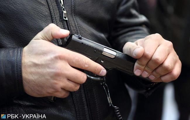 В Киеве неадекватный охранник стрелял на стоянке и угрожал людям