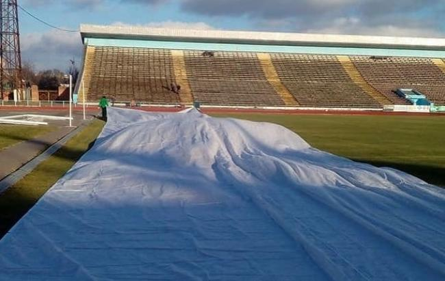 Фото: защитное покрытие на стадионе в Чернигове (instagram.com/desnafc)