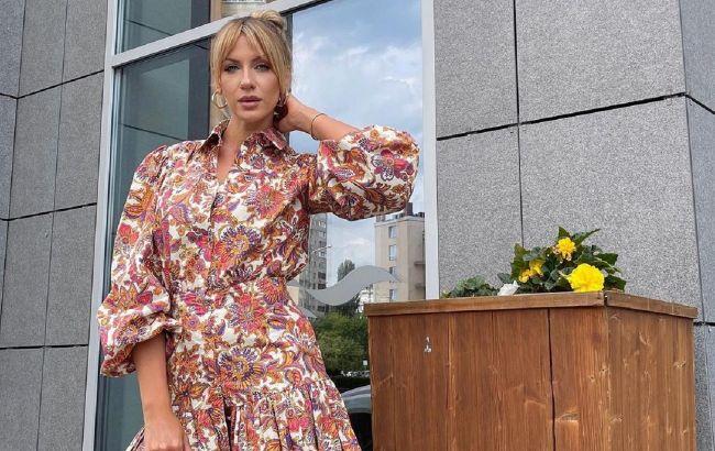 """Леся Никитюк в эффектном платье """"цвета апероль"""" устроила фотосессию в уборной"""