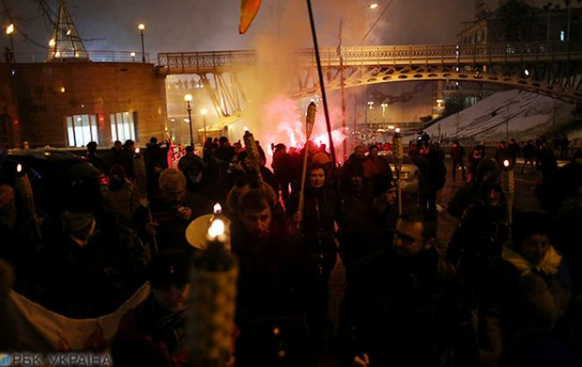 Активисты зажгли наМайдане факелы ифаеры взнак протеста