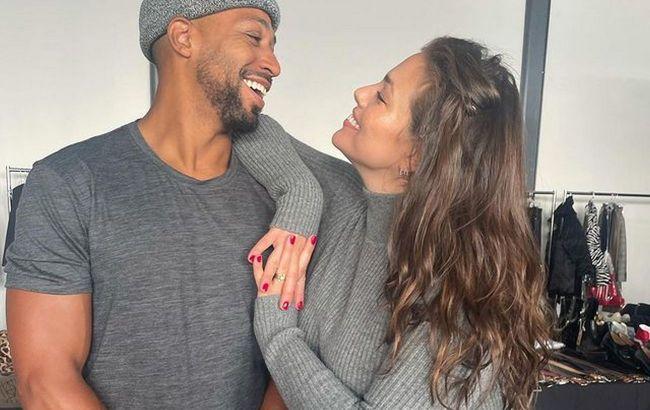 Уже скоро: беременная Эшли Грэм впечатлила животиком на фото с мужем