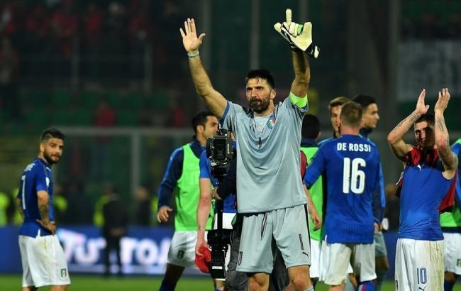 Фото: Буффон и футболисты сборной Италии после поражения от Швеции (uefa.com)