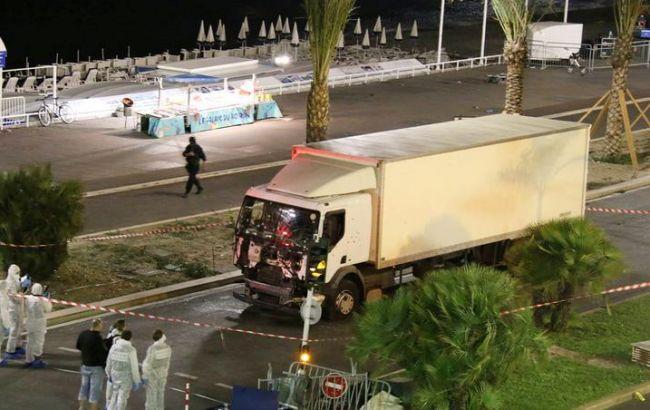 Фото: після теракту в Ніцці сапери перевіряють підозрілий вантажівка