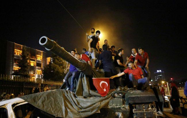 Фото: после попытки переворота в Турции военный попросил убежище в США