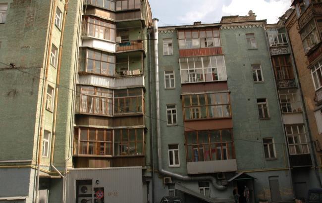 В Киеве изуродовали фасад старинного дома