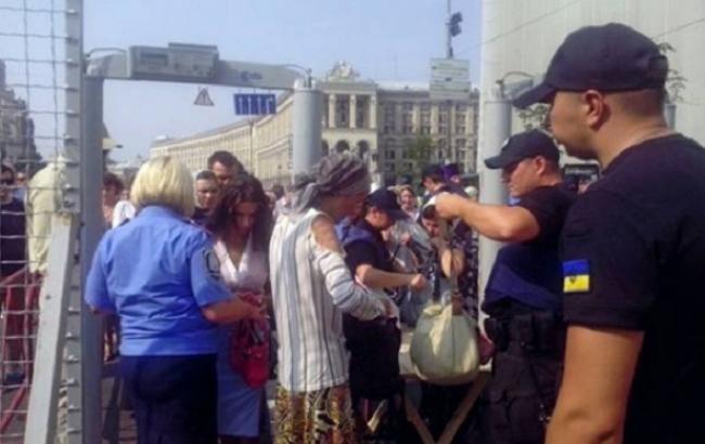 Фото: учасників Хресного ходу перевірять паспорта