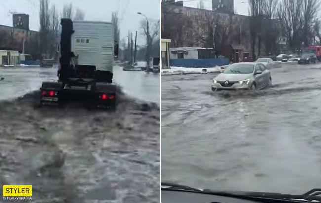После снегопадов на Одессу обрушилась вода: машины плывут по улицам (видео)