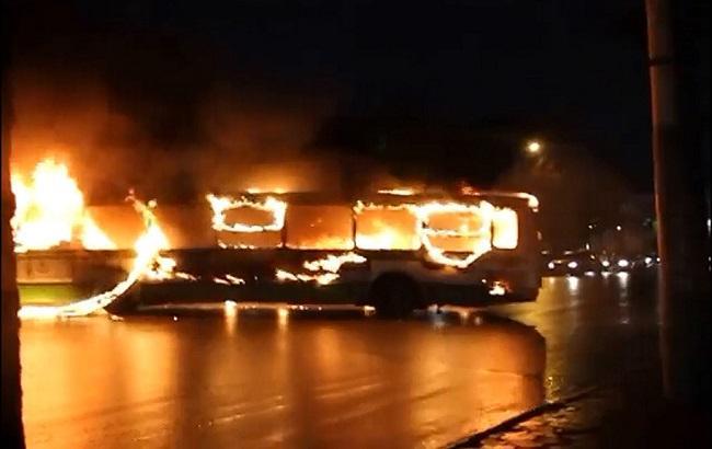 Фото: в Париже группа молодых людей сожгла автобус