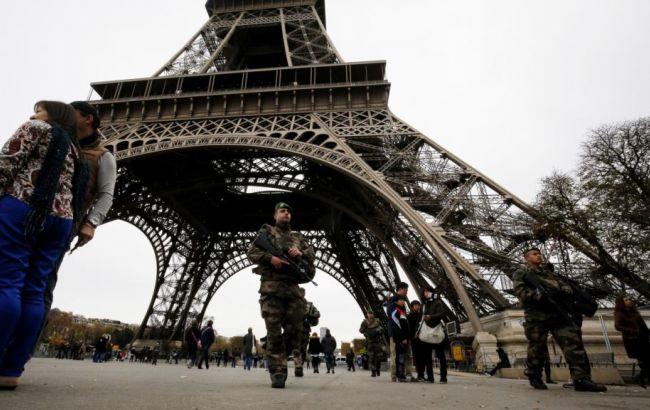 Фото: французькі силовики біля Ейфелевої вежі
