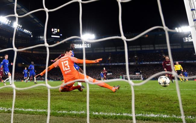 Фото: Месси отправляет мяч в ворота Куртуа (uefa.com)