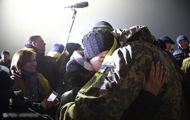 Фото: Зустріч полонених солдатів ЗСУ (РБК-Україна)