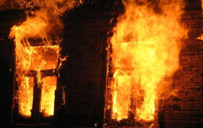 Фото: Жінка застрягла в палаючому будинку (glavnoe.ua)