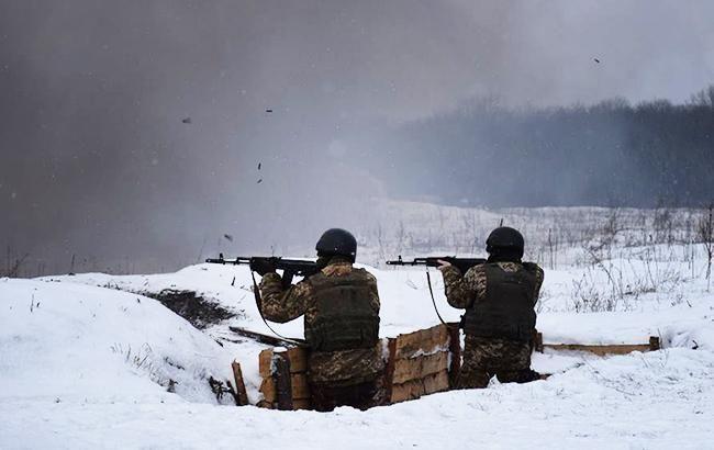 Внаслідок обстрілів на Донбасі поранено одного українського військового