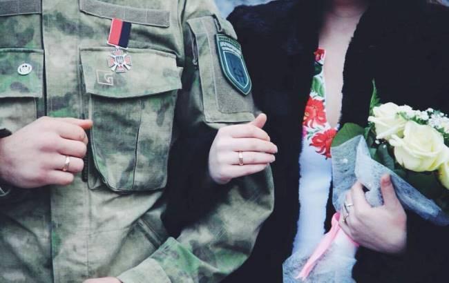 Познакомились в бою: на Донбассе легендарный боец АТО женился на парамедике (фото)