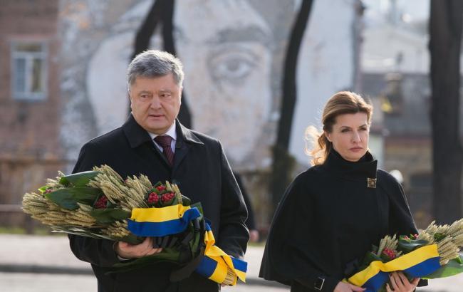 Фото: Петро Порошенко з дружиною на заходах до Дня пам'яті жертв голодоморів