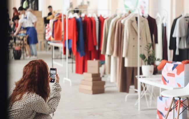 Свідома мода: в Києві вчилися шити килими і здавали одяг на благодійність