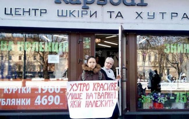 Фото: Активистка под магазином (facebook.com/a.vinslavska)