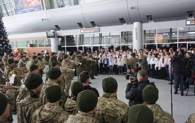 Фото: Выступление военного оркестра во Львове (facebook.com/LvivAirport)