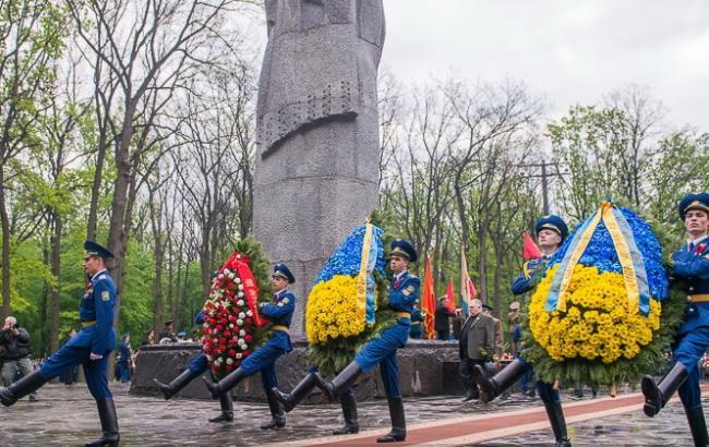 День Победы: в Харькове 9 мая возложили цветы к Мемориалу Славы