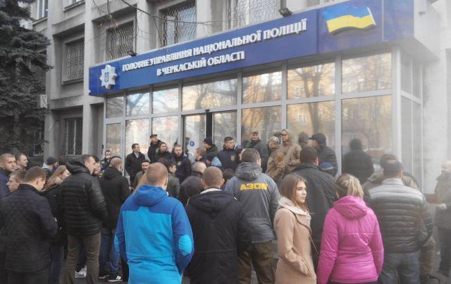 Фото: у Черкасах триває мітинг під будівлею обласної поліції