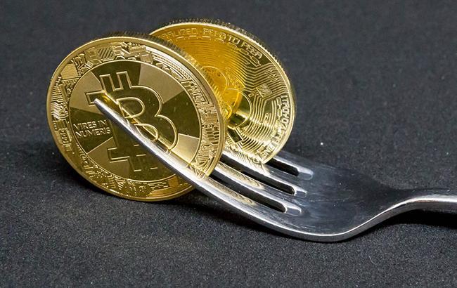 Біткоін торгується нижче 7,4 тис. доларів за монету